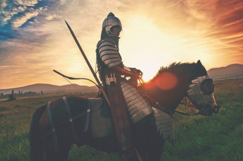 Ritter mit Rüstung auf einem Pferd