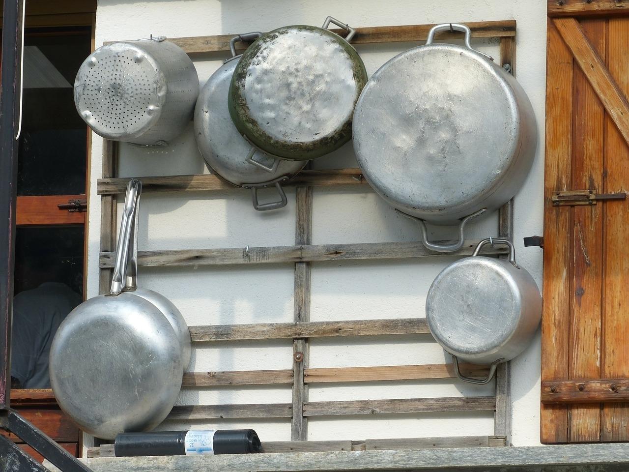Alte Metalltöpfe an einem Holzgestell - ist das noch wertvoll für uns und wenn ja, warum?