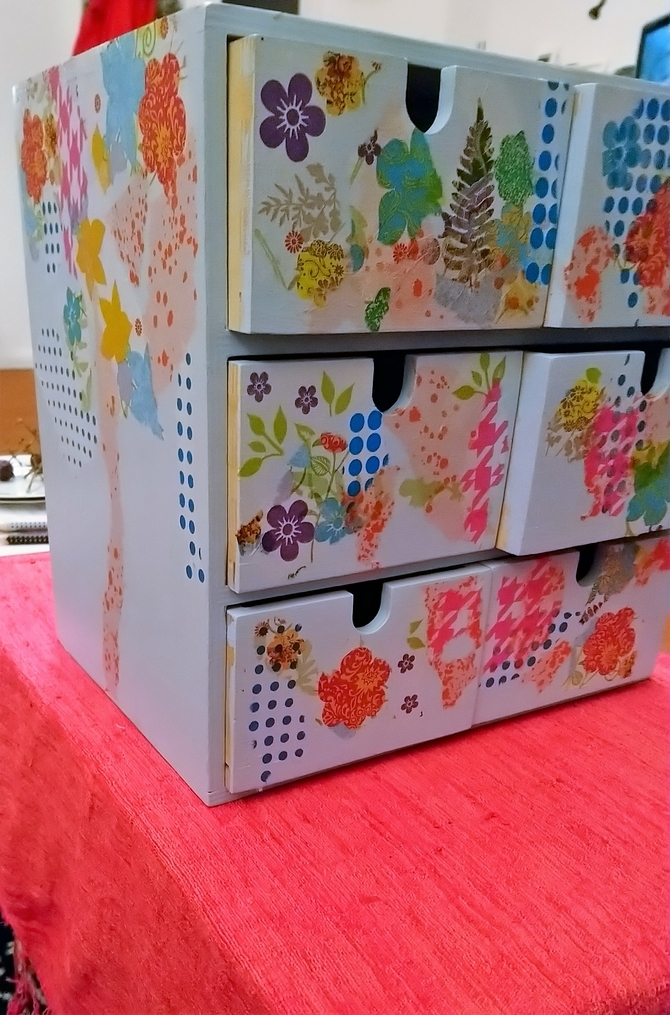 Holzregal mit Schubladen mit Serviettentechnik bearbeitet - linke Seiten und alle Schubladen