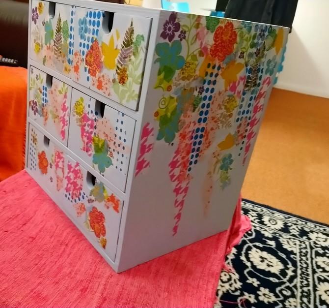 Holzregal mit Schubladen mit Serviettentechnik bearbeitet - Schubladen und rechte Seite