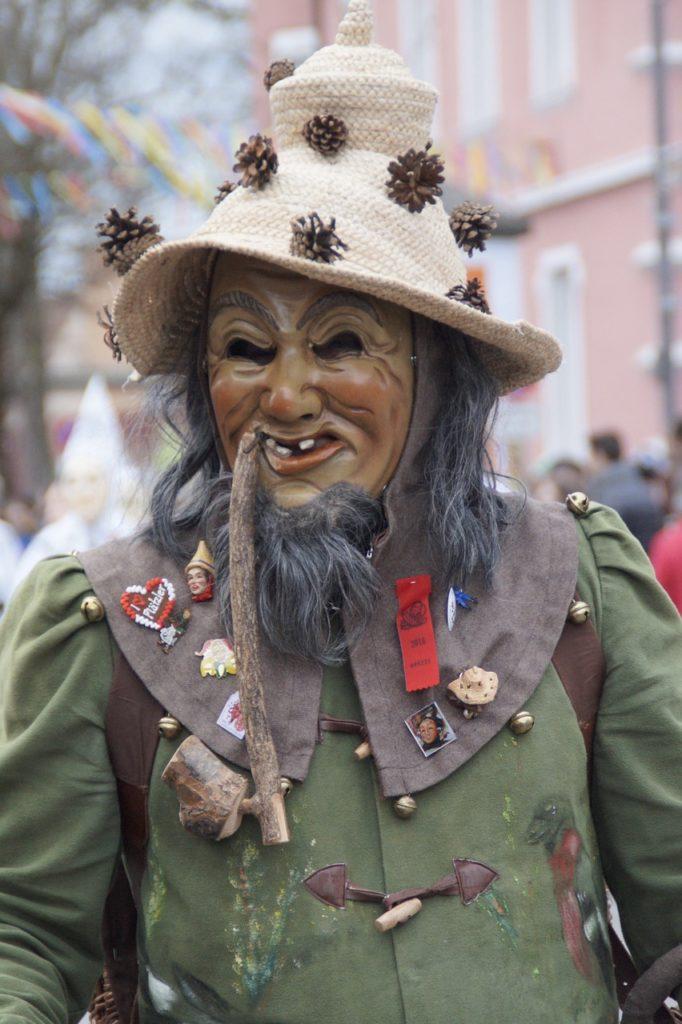 Waldschrat, Fasching, Mütze mit Tannenzapfen, Zähne fehlen und ein langer Bart
