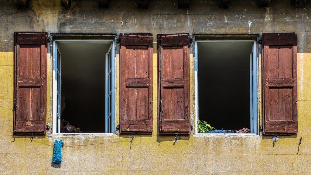 zwei alte Fenster mit Fensterläden geöffnet - Sinnbild für Neues unter Neumond in der Jungfrau August 2019